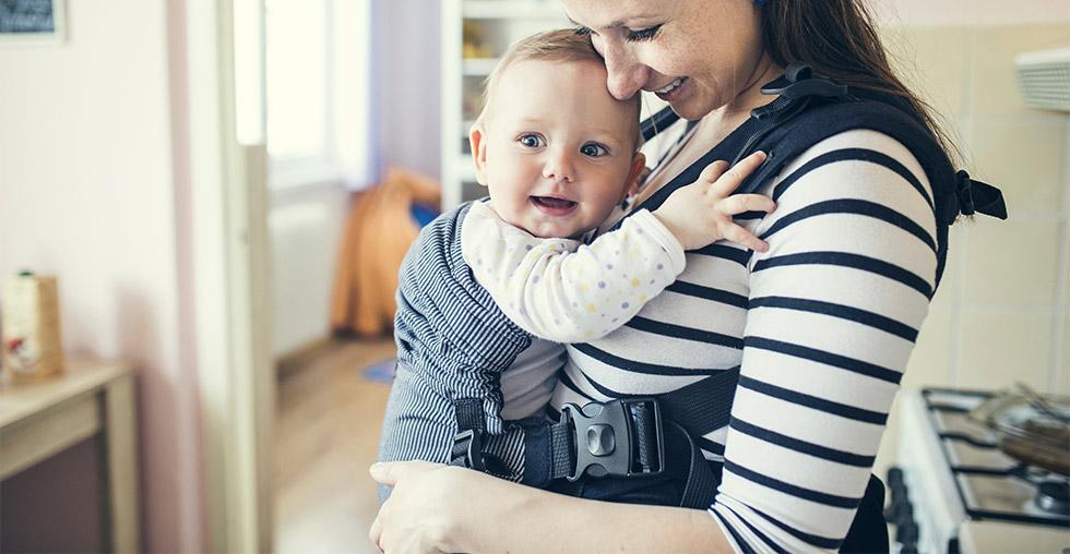 264f571e15b6 Il en existe plusieurs sortes suivant l âge de bébé et vos besoins de  parents   le porte bébé ventral, dorsal, physiologique et l écharpe de  portage.