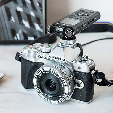 Olympus E-M10 MK III Noir + 14-42mm EZ Pancake + Olympus LS-P2 + Adaptateur Flash + Carte MicroSD 4 Go pas cher
