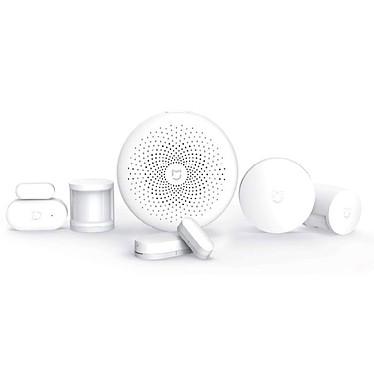 Xiaomi Mi Smart Sensor Set Blanco Kit de seguridad inalámbrico conectado con una unidad de control inteligente, dos detectores de movimiento, dos sensores de apertura y un botón pulsador.